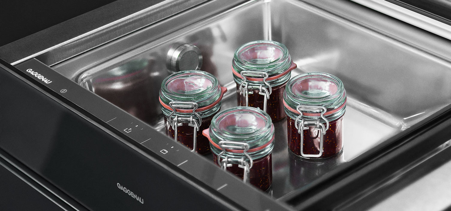 Nahaufnahme von Einmachgläsern in Gaggenau Vakuumierschublade