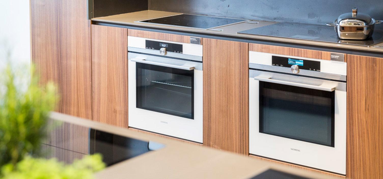 Siemens Kuechenzeile aus Holz im Siemens Showroom